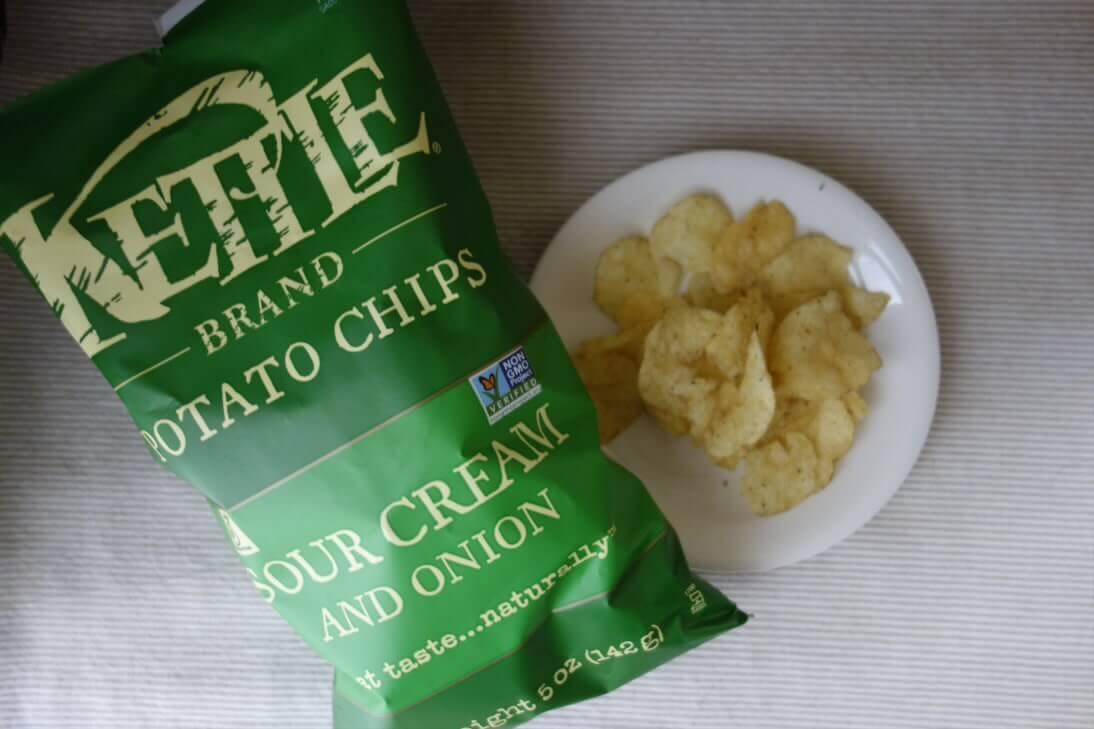 お皿に出したKettle Foodsサワークリーム&オニオン